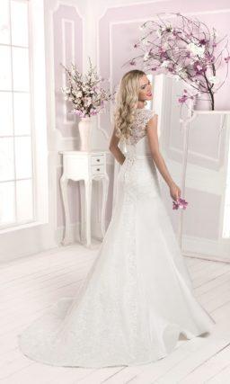 Свадебное платье силуэта «рыбка» с кружевными бретелями и ажурной спинкой.