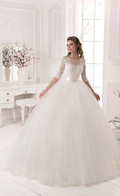 Пышное свадебное платье с закрытым верхом и узким атласным поясом.