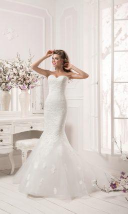 Свадебное платье с силуэтом «рыбка» с полупрозрачным верхом юбки и рукавами до локтя.