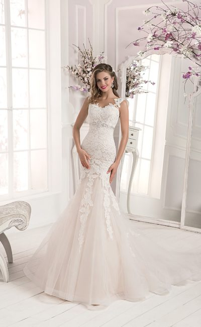 Свадебное платье «рыбка» цвета слоновой кости с отделкой из кружева с крупным рисунком.