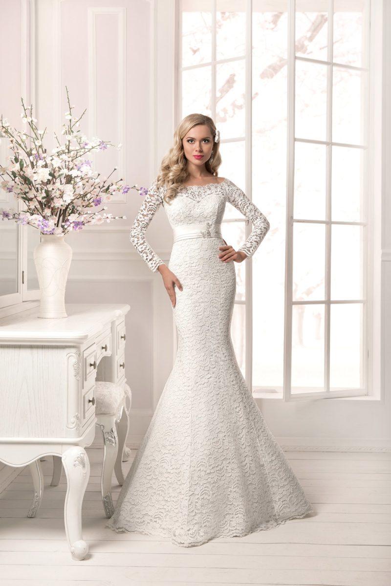 Свадебное платье силуэта «рыбка», покрытое фактурным кружевом по всей длине.