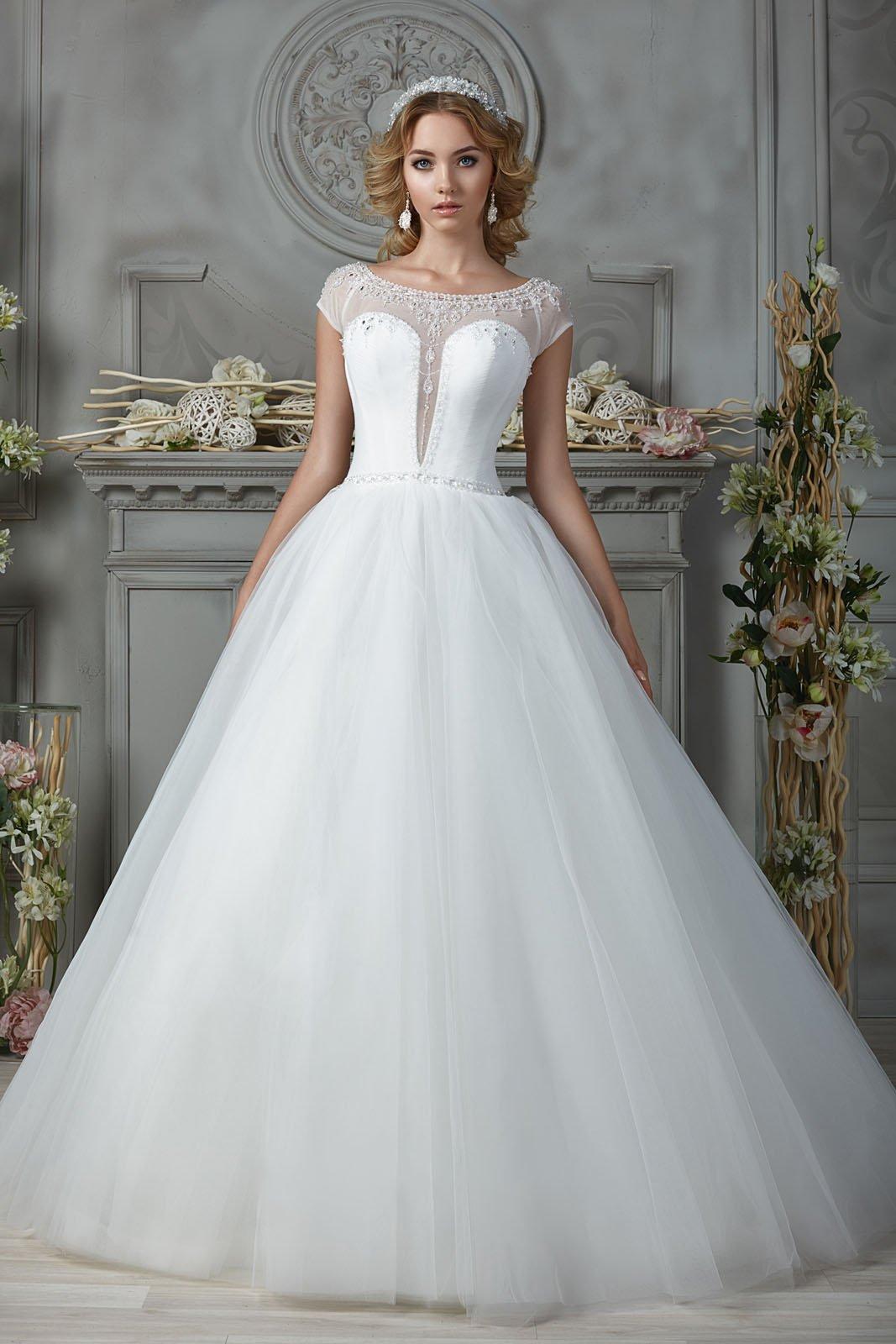 Закрытое свадебное платье с глубоким V-образным вырезом.