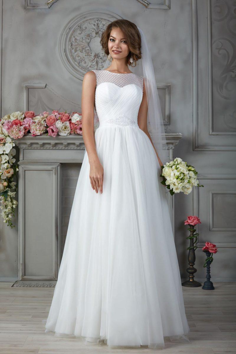 Закрытое свадебное платье в ампирном стиле, украшенное драпировками по корсету.