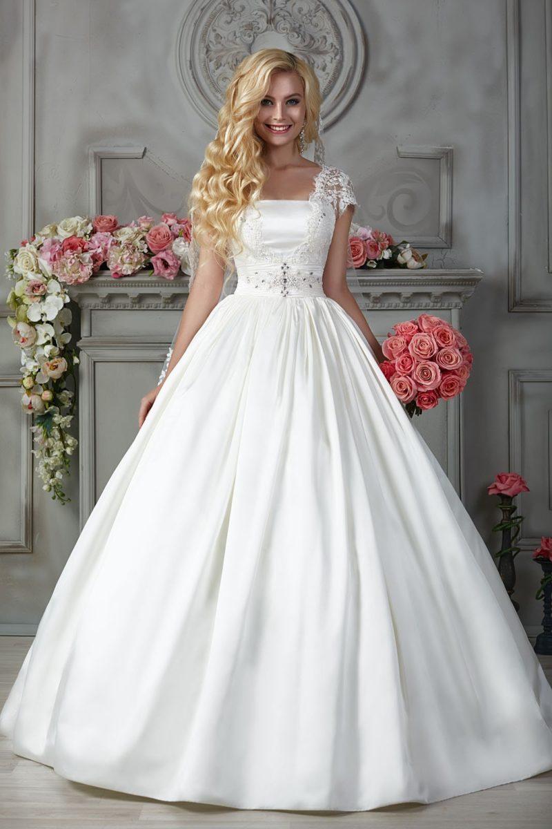 Атласное свадебное платье с кружевом