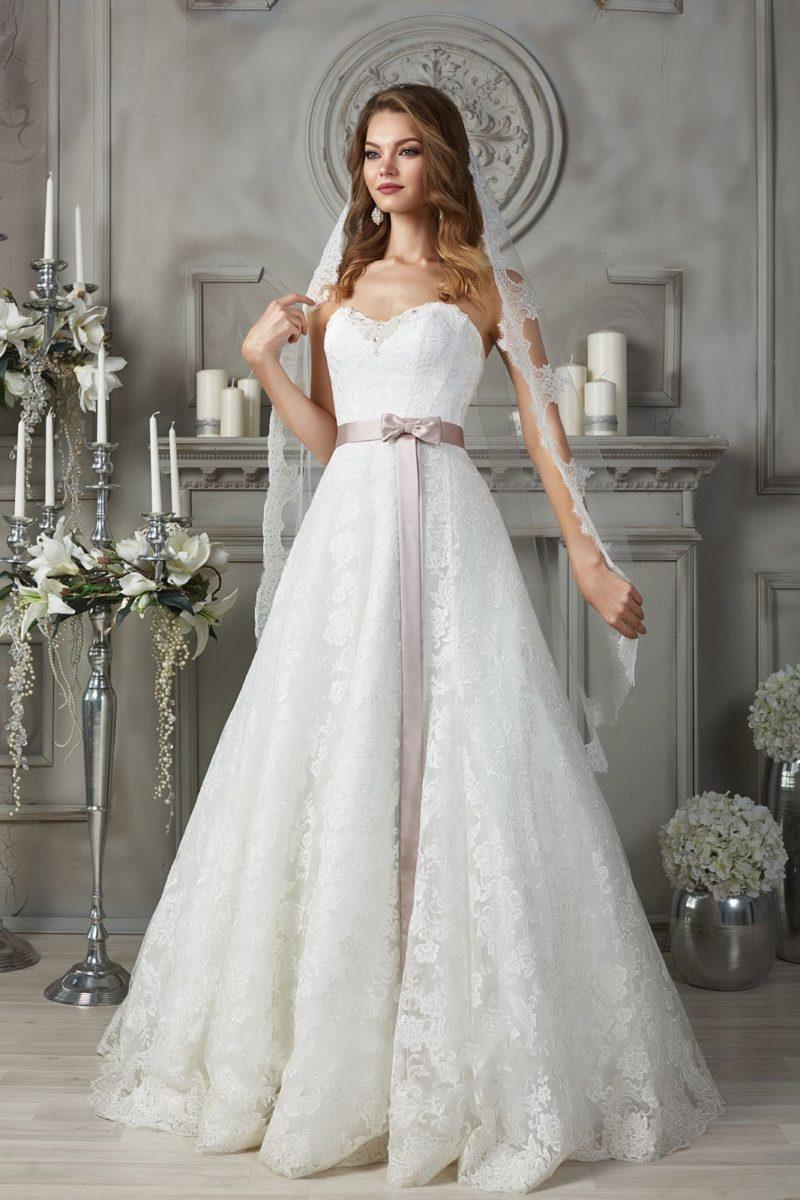 Кружевное платье с цветным поясом