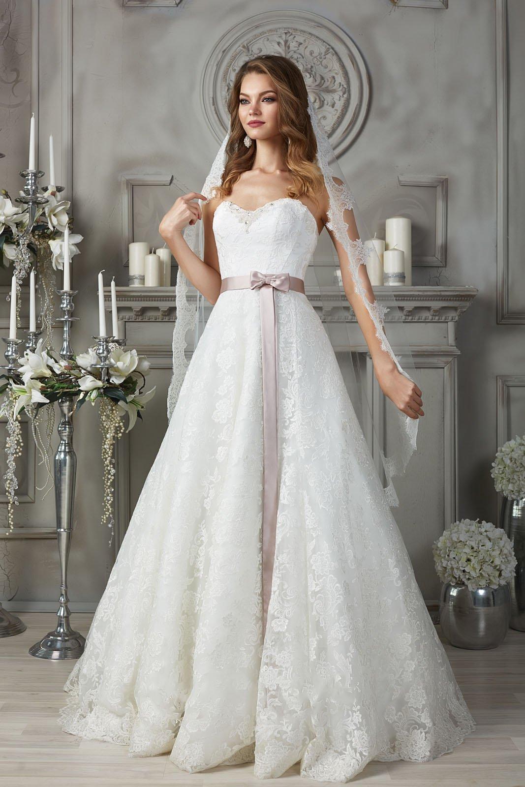 Кружевное свадебное платье с цветным атласным поясом.