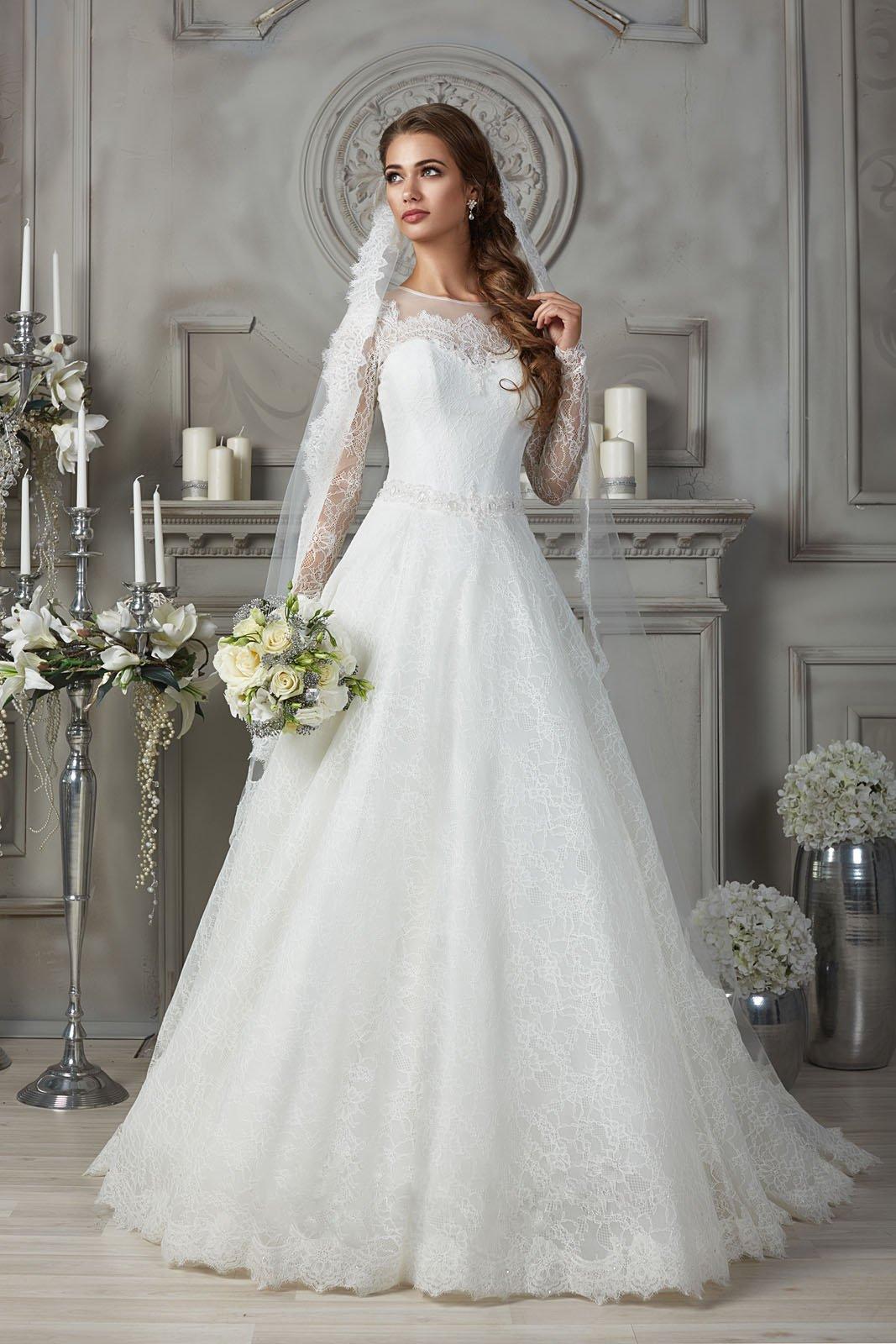 Закрытое свадебное платье из фактурной ажурной ткани.