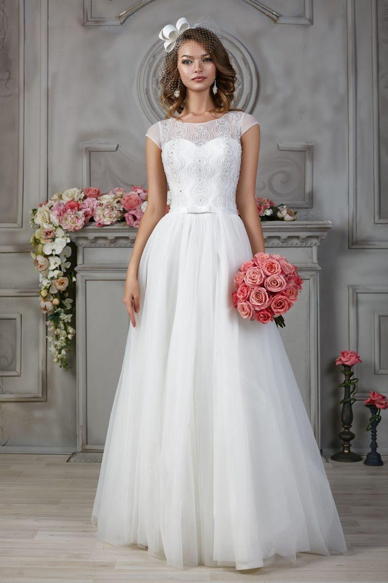 Свадебное платье с ампирным силуэтом, коротким рукавом и вышивкой на корсете.