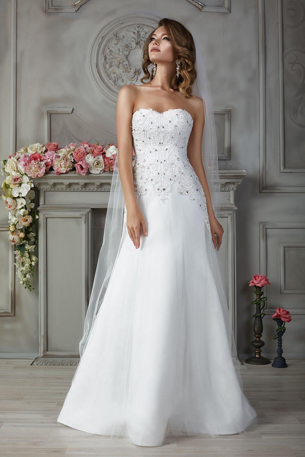Свадебное платье силуэта «рыбка» с изящной вышивкой на открытом корсете.