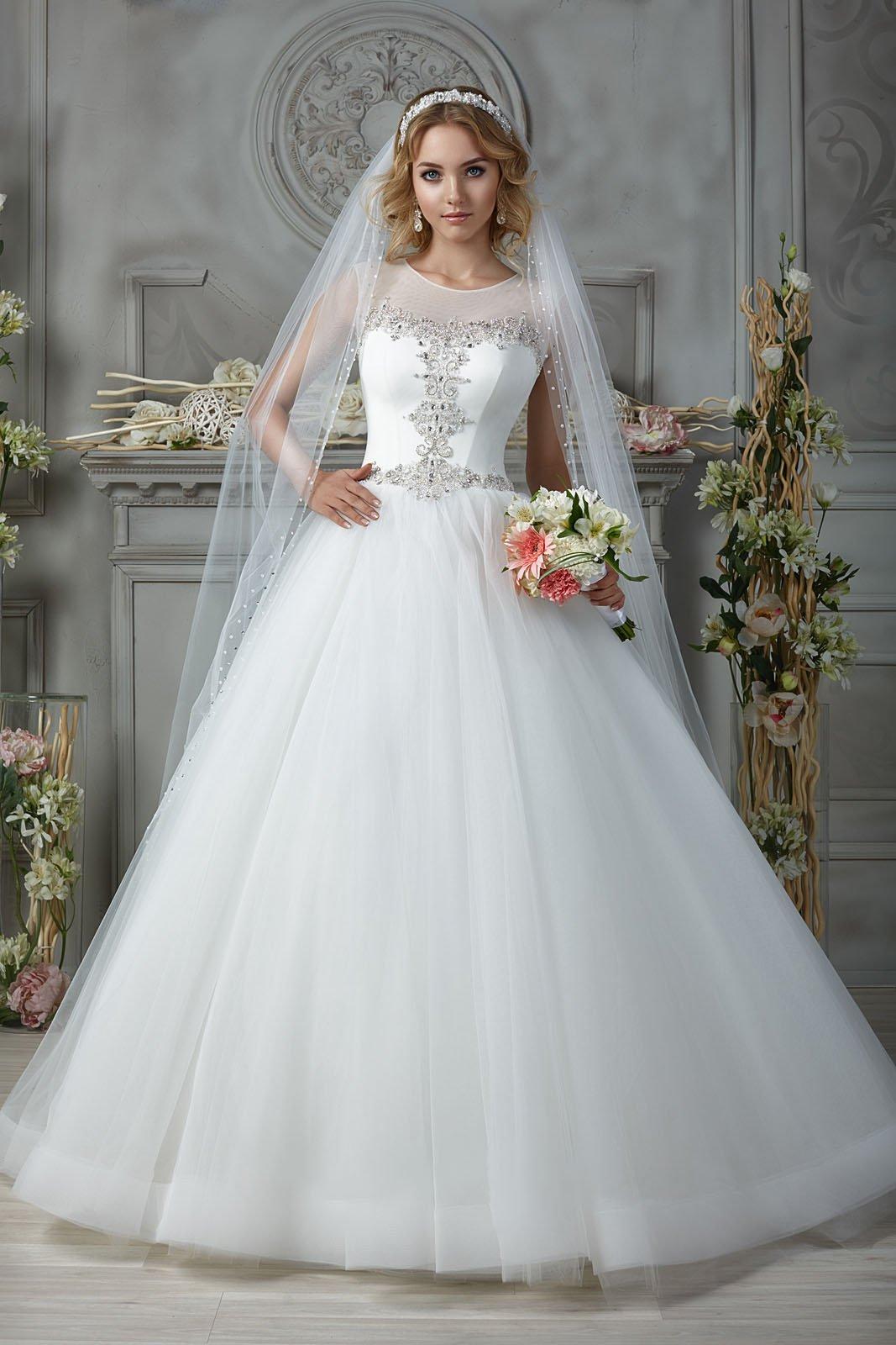 Закрытое свадебное платье со сверкающей бисерной вышивкой на корсете.