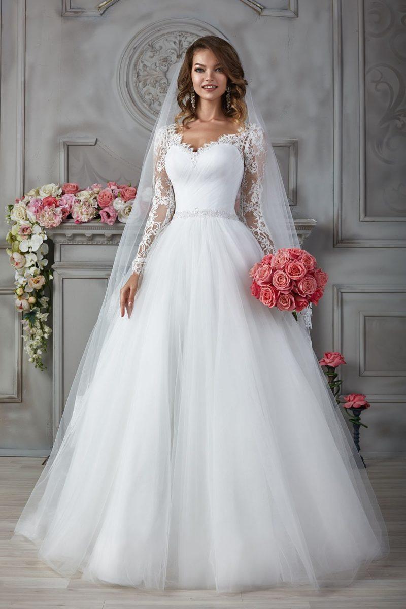Свадебное платье с драпировками на лифе и длинными кружевными рукавами.