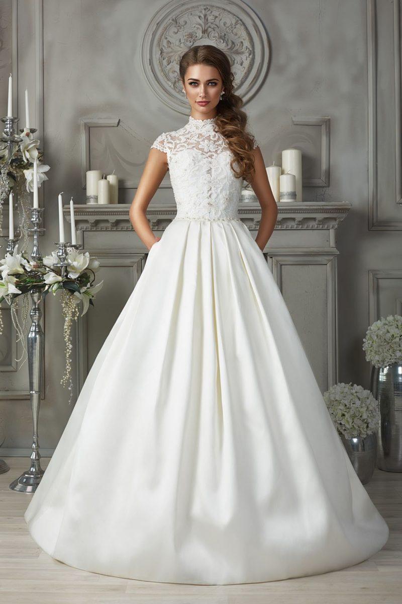 Свадебное платье с атласной юбкой и ажурным воротником-стойкой.