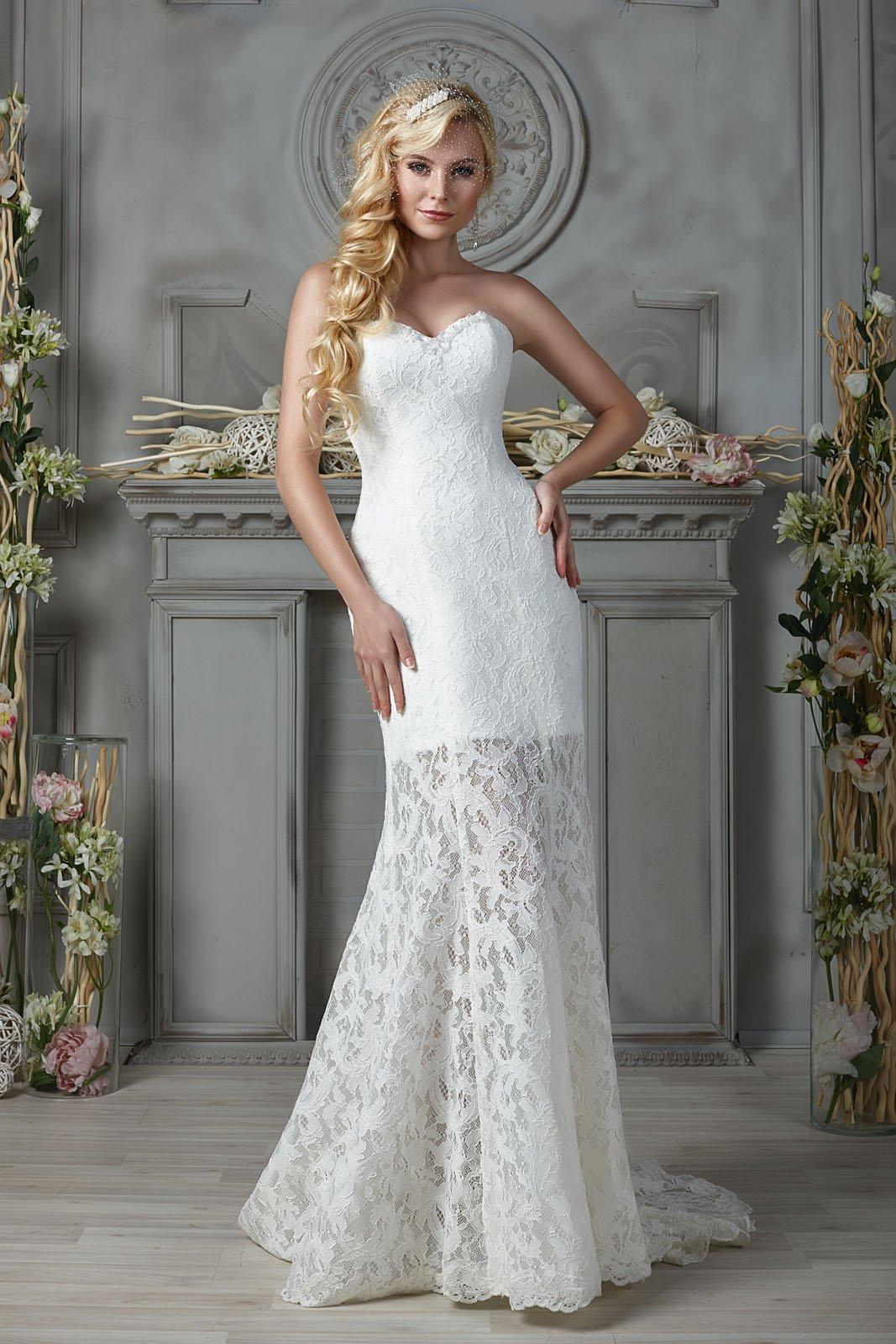 Открытое свадебное платье силуэта «рыбка» с полупрозрачной ниже коленей юбкой.