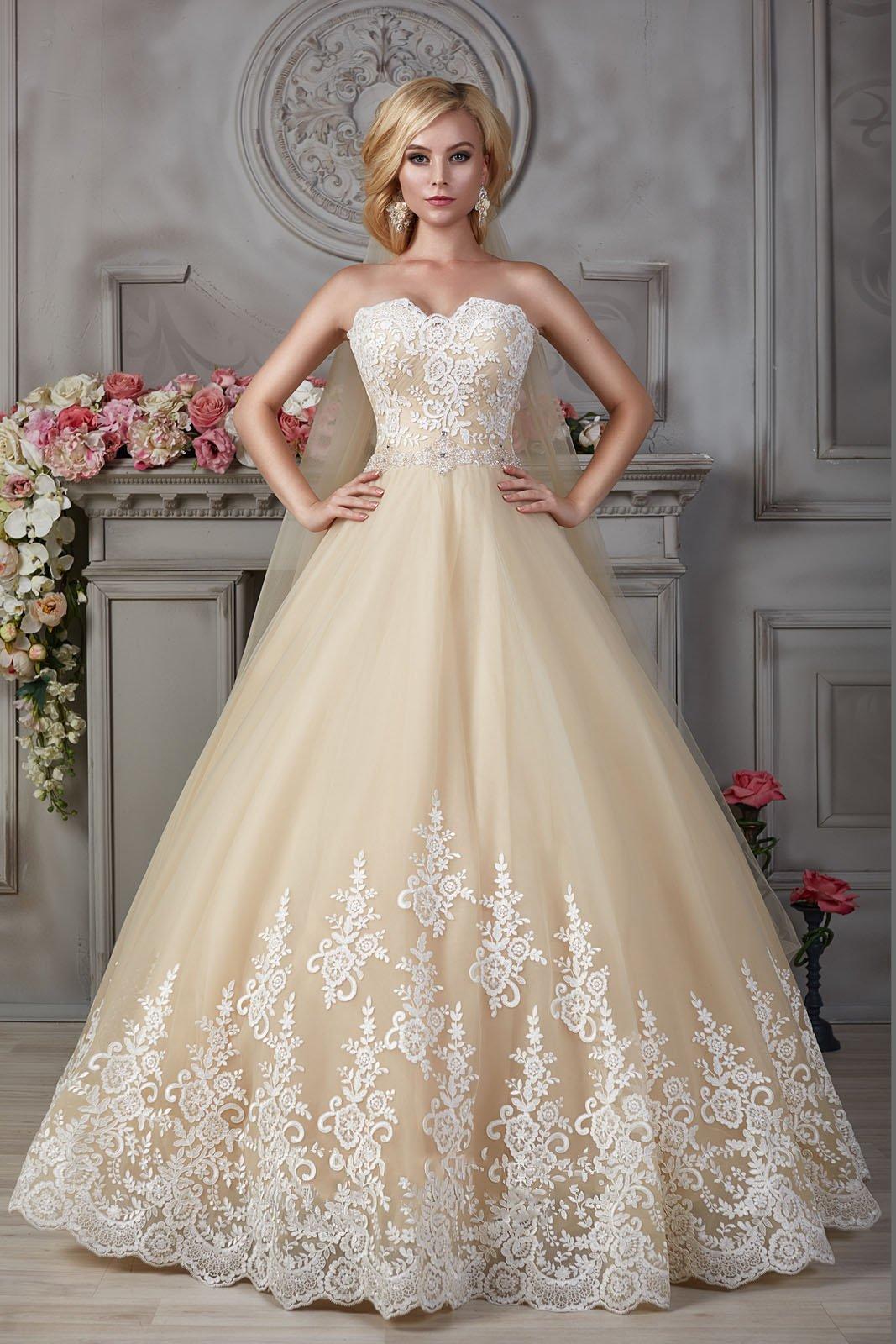 Золотистое свадебное платье с белым кружевом на лифе.