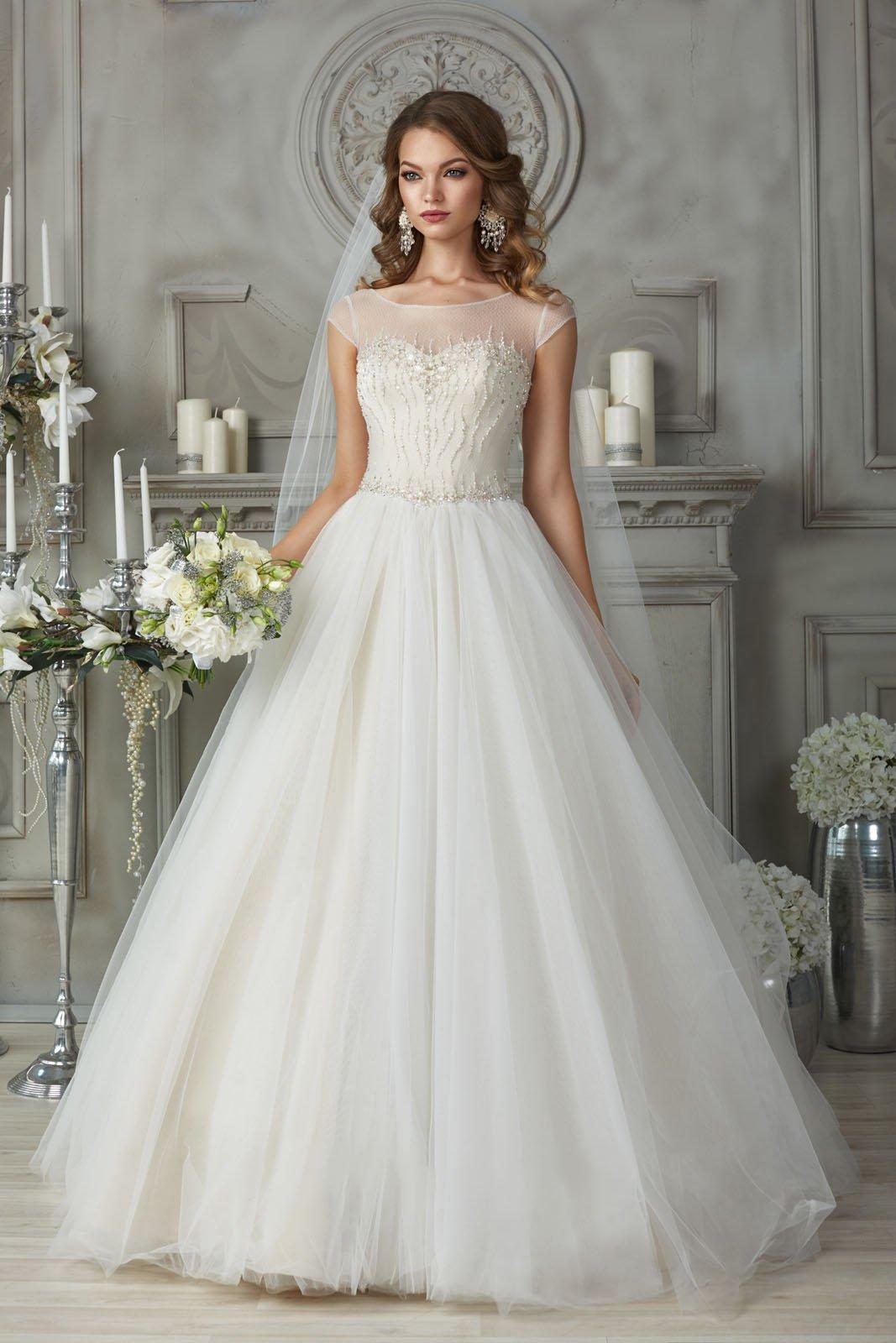 Свадебное платье с коротким рукавом и вышивкой на лифе.