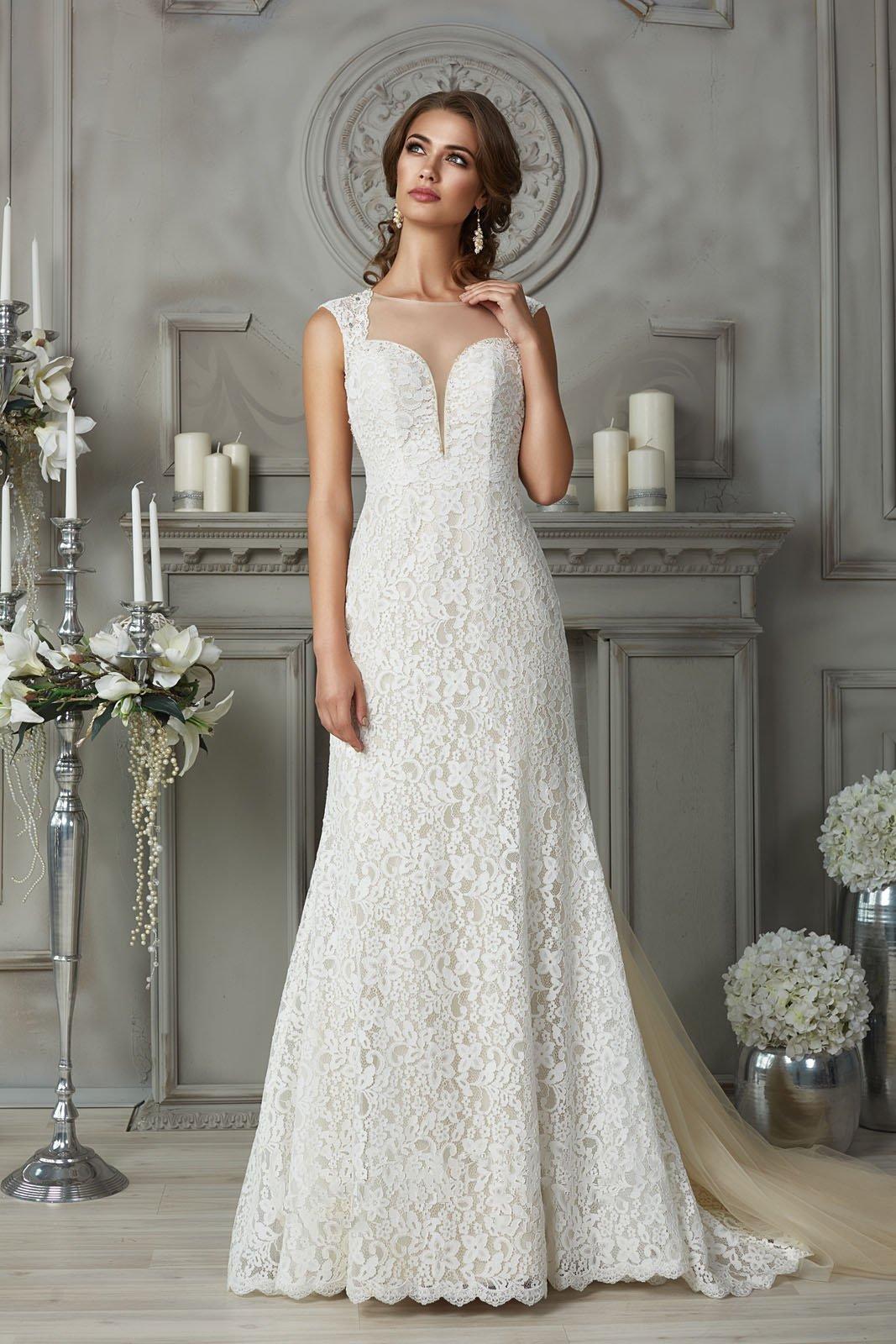Кружевное свадебное платье «рыбка» с цветным шлейфом и глубоким декольте.