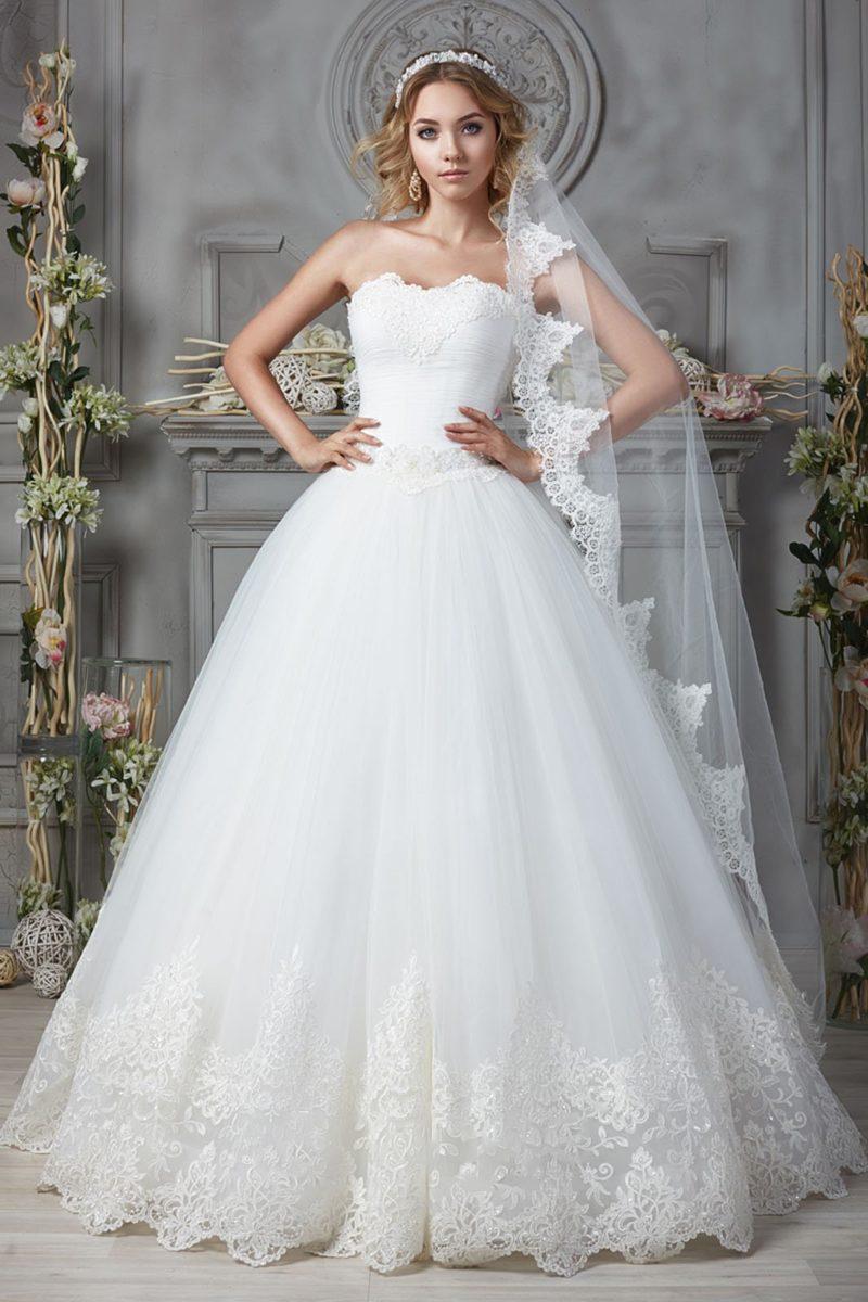 Свадебное платье с кружевом на лифе