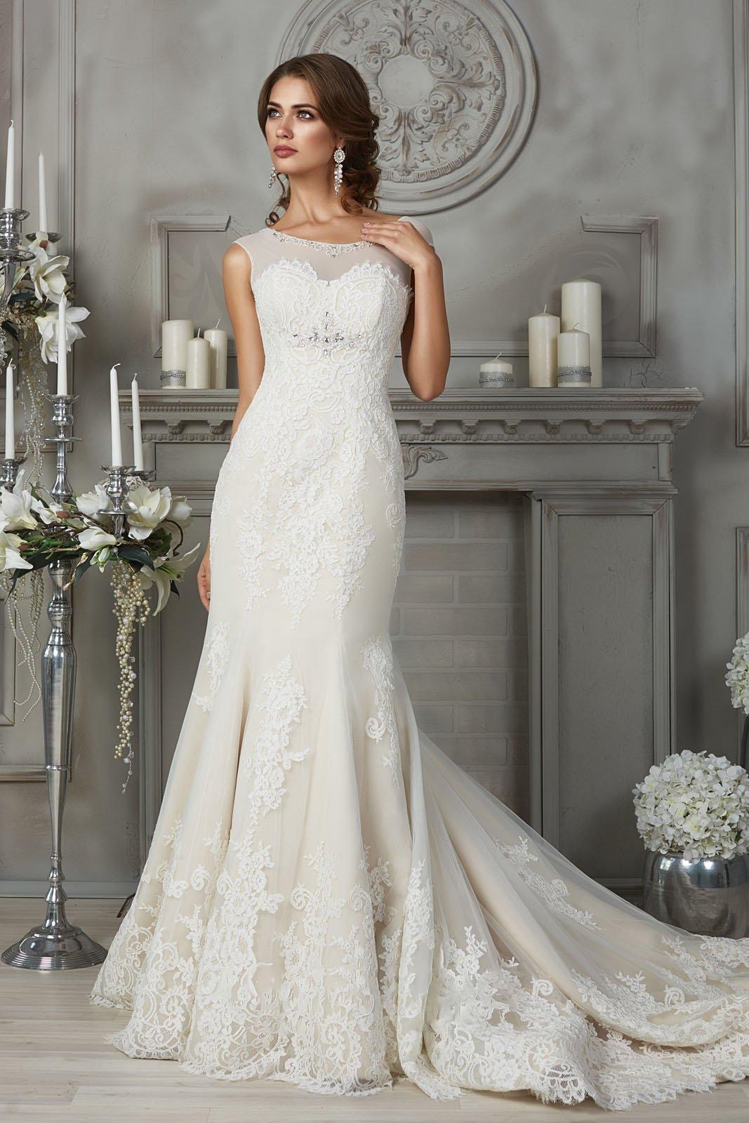Свадебное платье силуэта «рыбка» цвета слоновой кости со шлейфом.