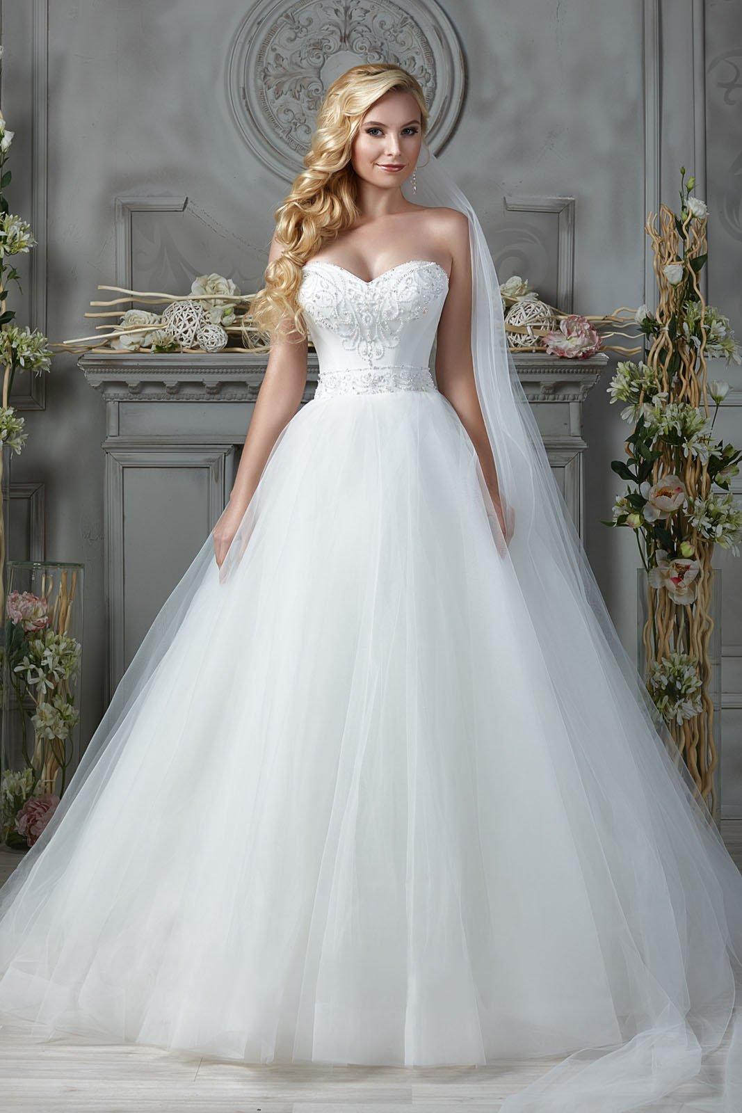 Свадебное платье с атласным корсетом, украшенным бисером.