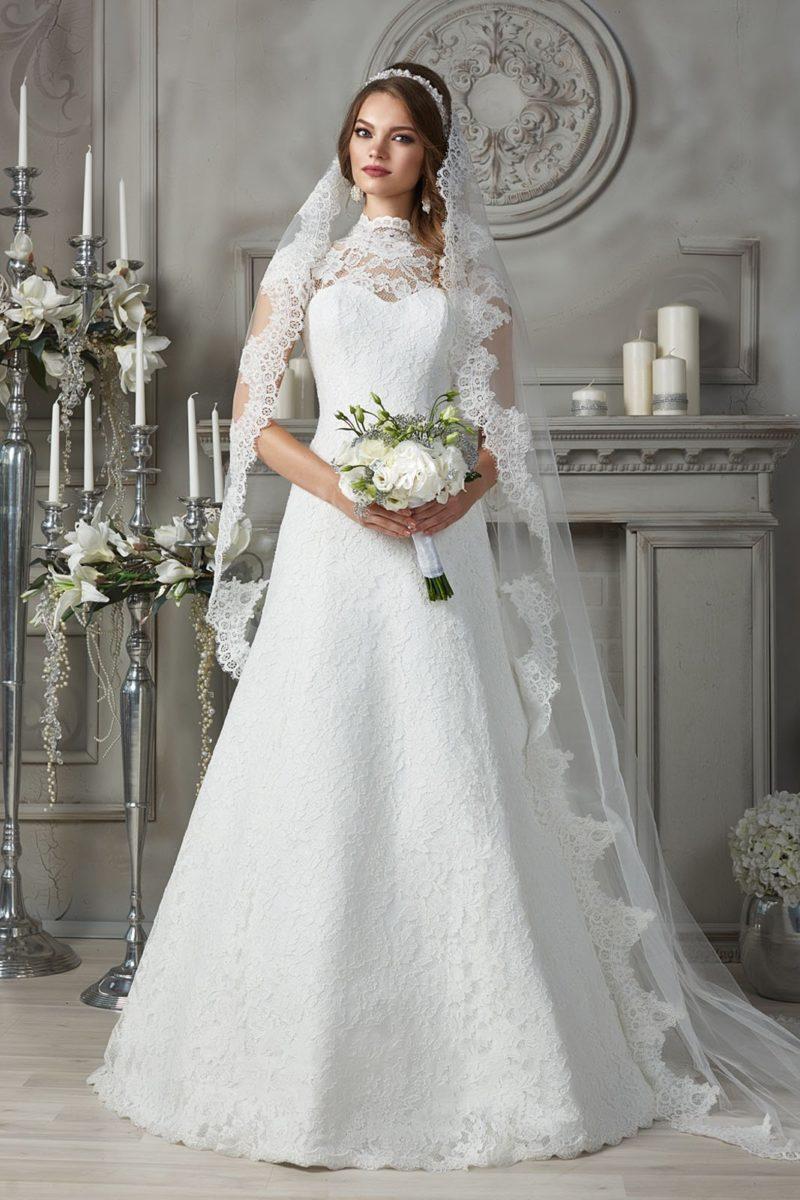 Свадебное платье с ажурной вставкой над лифом и высоким воротником.