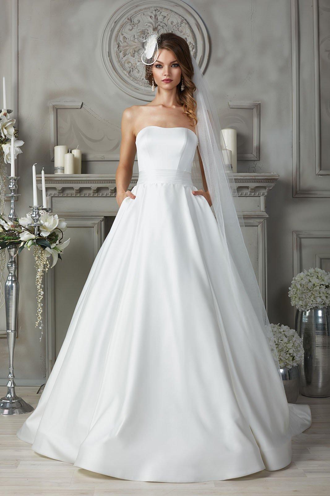 Атласное свадебное платье с открытым лифом и шлейфом.