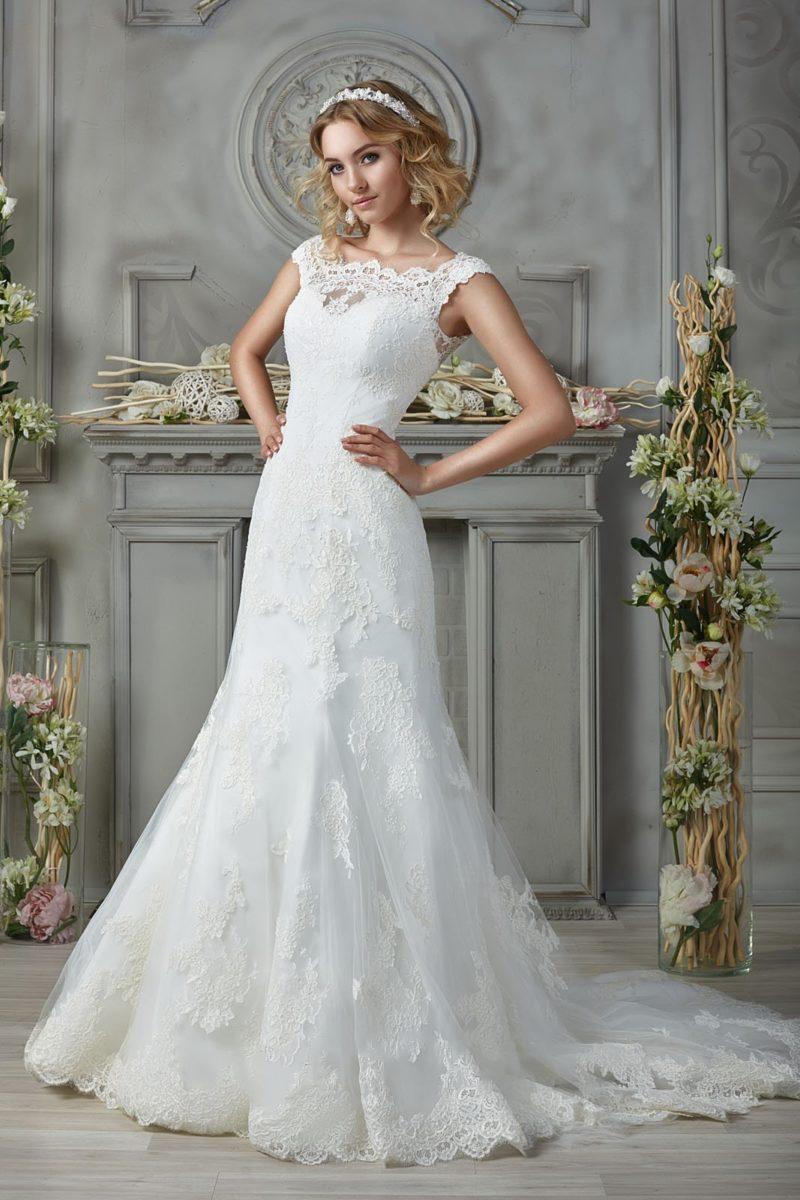Свадебное платье силуэта «рыбка» со шлейфом и кружеными бретельками.