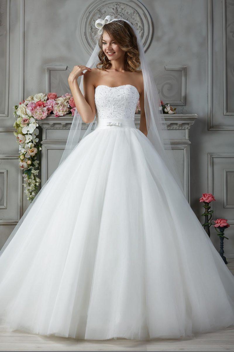 Свадебное платье с вышивкой на открытом корсете и широким поясом с бантом.