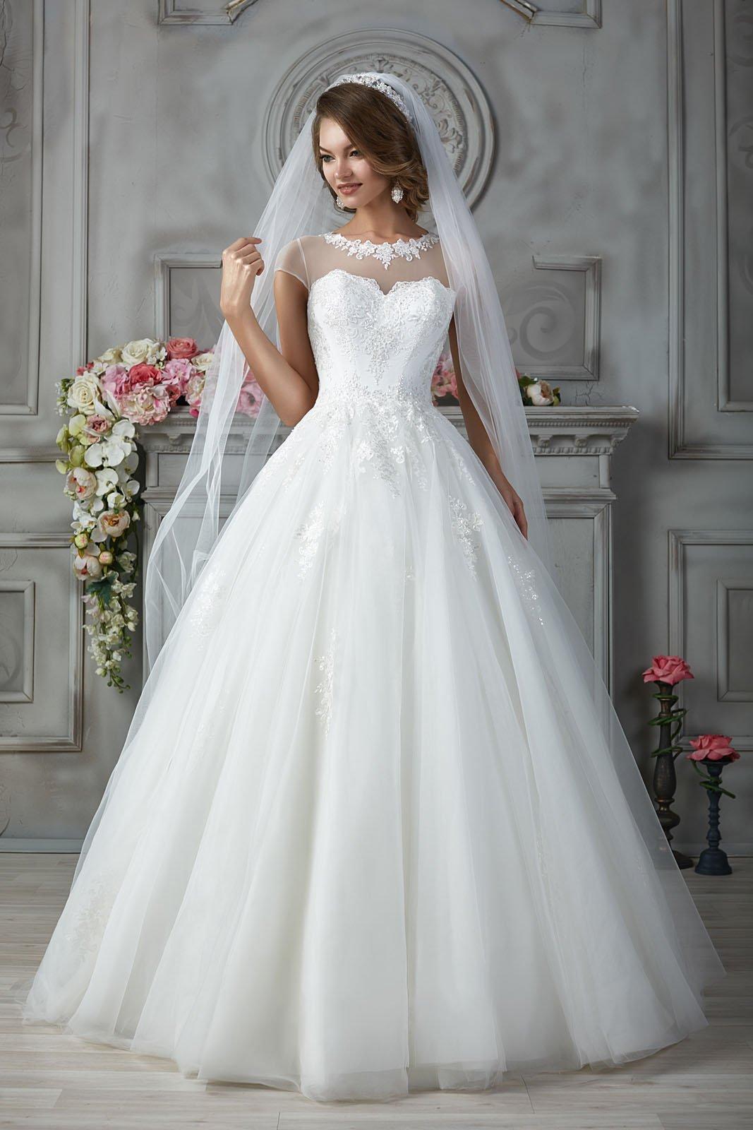 Свадебное платье с оригинальным лифом, дополненным прозрачной вставкой.