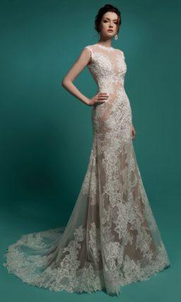 Свадебное платье «рыбка» из белого кружева на бежевой подкладке.
