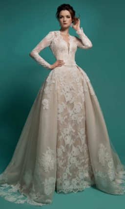 Пышное свадебное платье с декором из крупного кружева и роскошной верхней юбкой.