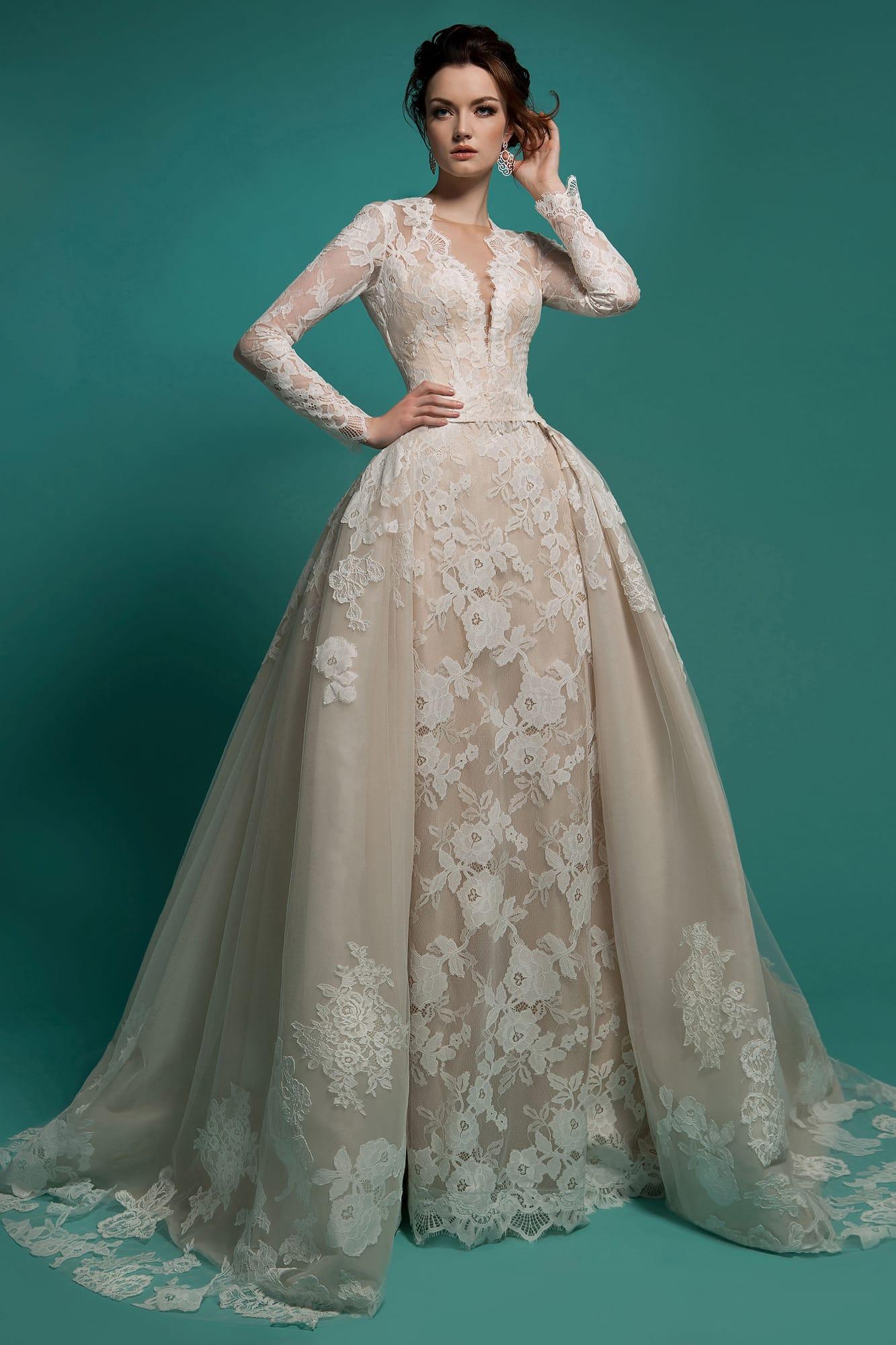 6f0104c185d Пышное свадебное платье с декором из крупного кружева и роскошной верхней  юбкой.
