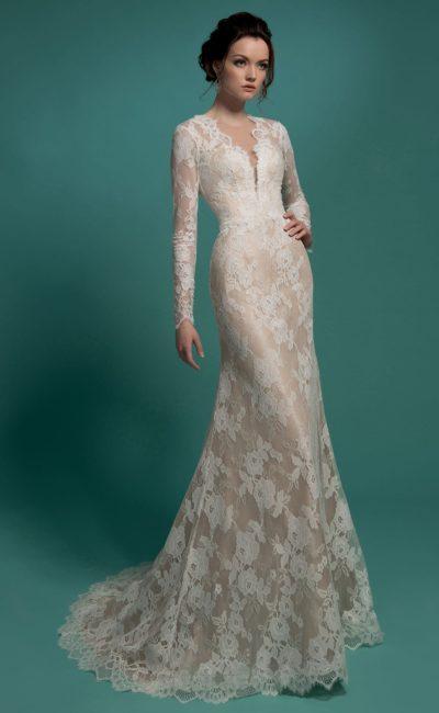 Закрытое свадебное платье силуэта «рыбка» с бежевой подкладкой и глубоким вырезом.