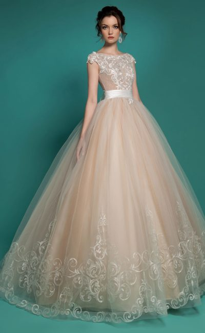 Пышное свадебное платье персикового цвета с широким атласным поясом.