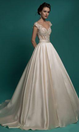 Свадебное платье А-силуэта цвета слоновой кости с элегантным кружевным лифом.