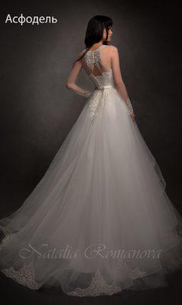 Свадебное платье силуэта «принцесса» с ажурным верхом и юбкой в несколько ярусов.