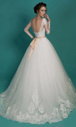 Свадебное платье «принцесса» с бежевым корсетом и декором из глянцевого кружева.