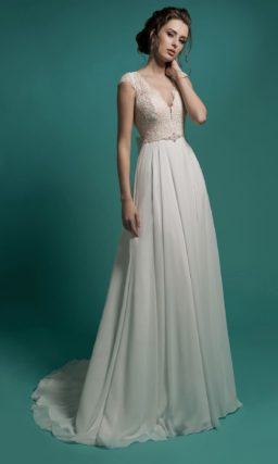 Прямое свадебное платье с глубоким V-образным декольте, обрамленным кружевом.