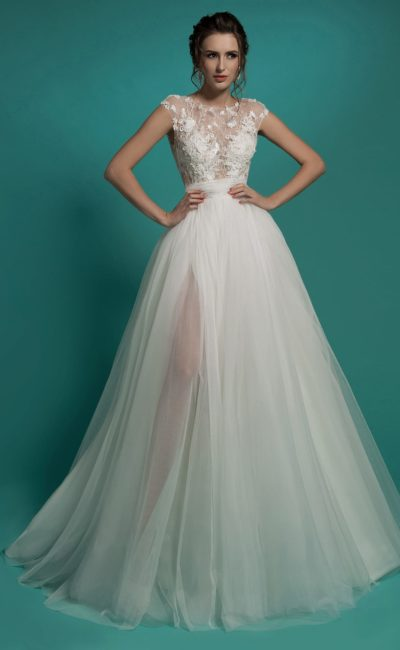 Пышное свадебное платье с ажурным верхом на подкладке в тон кожи.