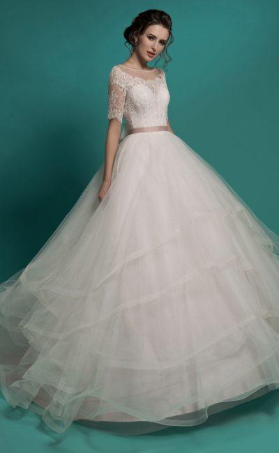 Розовое свадебное платье пышного силуэта с многослойной юбкой и атласным поясом.