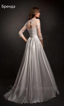 Атласное свадебное платье силуэта «принцесса» с V-образным декольте и вырезом сзади.