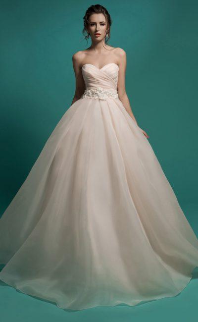 Свадебное платье кремового цвета с широким поясом.