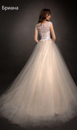 Золотистое свадебное платье «принцесса» с атласной подкладкой на юбке.