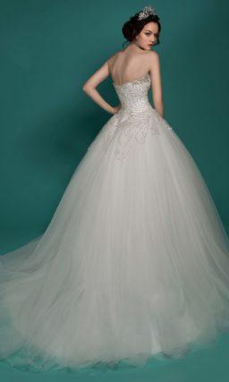 Пышное свадебное платье с корсетом, полностью расшитым бисером.
