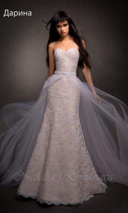 Открытое свадебное платье «рыбка» с бежевой подкладкой и пышной верхней юбкой.