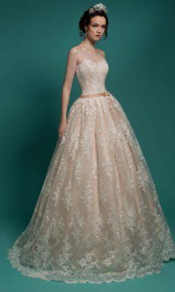 Свадебное платье персикового цвета с пышной юбкой с кружевной отделкой.