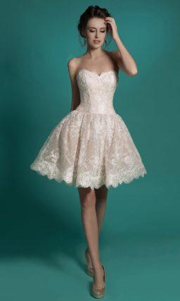 Короткое свадебное платье цвета слоновой кости с кружевной отделкой.