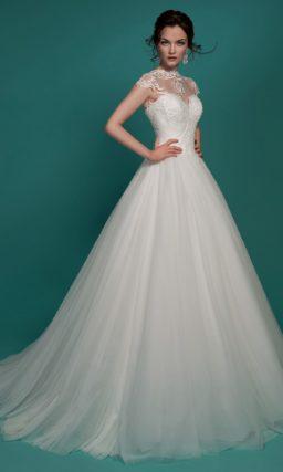 Свадебное платье с многослойной юбкой А-силуэта и вышивкой по закрытому лифу.