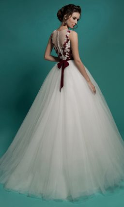 Пышное свадебное платье с цветной отделкой и широким цветным поясом.