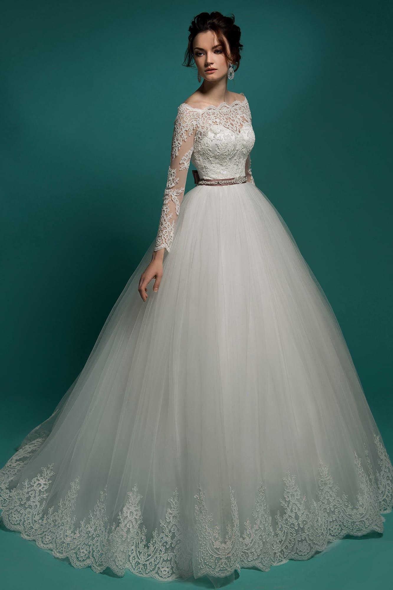 0238c97f0c2 Свадебное платье с выразительной кружевной отделкой и узким цветным поясом.