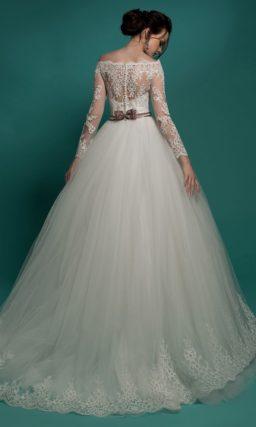 Свадебное платье «принцесса» с выразительной кружевной отделкой и узким цветным поясом.